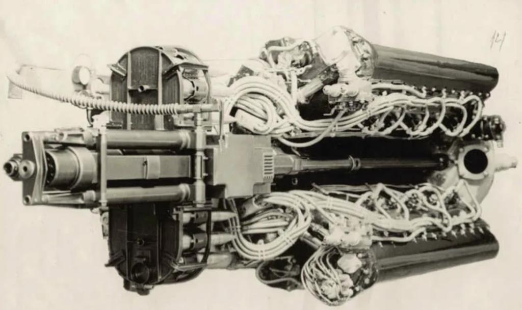 Ш-37 в развале цилиндров двигателя М-105